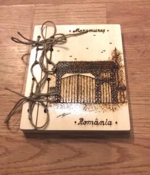 Agenda din lemn pirogravata cu poarta de lemn maramureseana - model 2