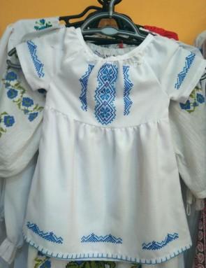 Rochie fetita -  din bumbac alb cu broderie albastra