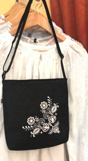 Poseta din pasla 25x26 cm - neagra cu broderie alba