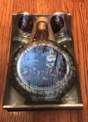 Set tuica sticla plosca cu 2 pahare -eticheta color- Vlad Tepes