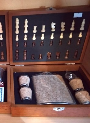 Set cadou pentru barbati cu sah, plosca inox,4 pahare- model cu pluta
